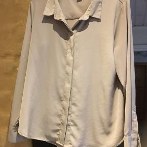 Velholdt skjorte str.42 Lysebrun/beige. 100 % polyester.