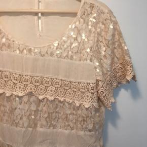 Super sød t-shirt i romantisk / boheme stil  i str m/l. Masser af forskellige palietter i stil med Buch.