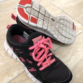 Nike sko. Str 36,5. Velholdte. Mp 60kr.