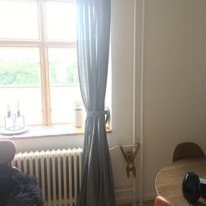 2 stk lysegrå gardiner fra ikea. I rigtig fin stand! Skriv for flere billeder.  Kan sendes med dao