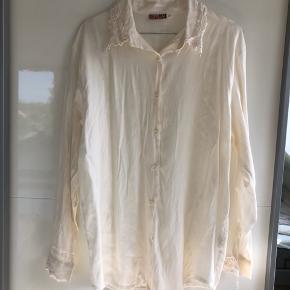 Jeg sælger denne fine vintage skjorte med broderi i en str. M.