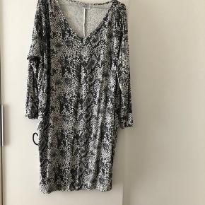 Flot ny Saint tropez kjole. Str. XL 10 kr.  + fragt 36 kr. hvis den skal sendes 🌸