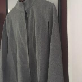 Smuk poncho kappe fra Ichi, tror det er uld.