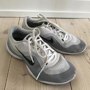 Varetype: Træningssko Størrelse: 37.5 Farve: Hvid Oprindelig købspris: 600 kr.  Sælger disse næsten nye Nike træningssko. De er lidt små i størrelsen.   Kontakt på mig tlf. 41 24 56 97 for nærmere information samt billeder.