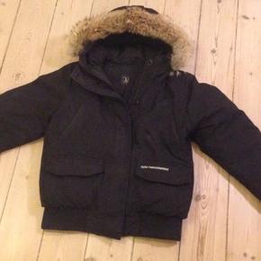 Varm Peak performance jakke med dun og ægte pelskrave  Størrelse M (men lille i størrelsen)