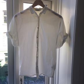 Så fin Acne Jeans sommerskjorte i luftigt stof og med pufærmer. Den er i god stand, men har en meget lille plet som skulle være til at få af. Kan sendes eller hentes på Nørrebro.