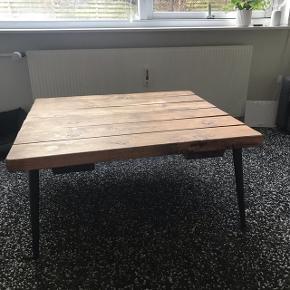 Planke sofabord fra hipstory. Mørkolieret. Købt for lidt over 1 år siden. BYD gerne