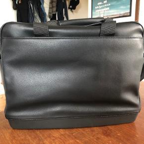 "MOLESKINE ""Utility Bag"" i sort læder.  Size (inches): 16 ½˝ x 13 ½˝ x 6˝ Size (cm): 42 x 34 x 15"