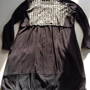 Brand: E Potempa - Thing Varetype: Kjole tunika Størrelse: XL - XXL Farve: Sort/grå se billede Oprindelig købspris: 1399 kr.  Flot E Potempa kjole-tunika med mange fine detaljer og med forskellige stoffer - stretch.  Brystvidde: ca. 2x56 cm  Længde: ca. 95 cm Falder smukt og kan også give sig til et lidt større brystmål og stadig være flot. (Er selv 85e)  Brugt 1x og vasket.