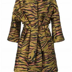 Plus Fine Peggy frakke str XL med bindebælte, farverne er guld/sort/rosa, poly stof, super flot frakke kun brugt 3 gange, stort set som ny (1499)