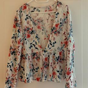 Sød sommerbluse fra VILA, til at have ud over en top en kjole, sød, desværre aldrig rigtig fået brugt