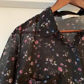 Bytter ikke og prisen er fast Mærket er klippet ud da skjorten er gennemsigtig. Mener det er en 38-40 Bredde:55 cm Længde:73 cm Ærme fra armhule:54 cm Skjorte