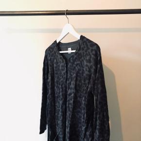 Grå og sort leopard mønstret lang strik cardigan fra Saint Tropez med lommer