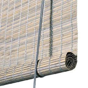 Jeg har 2 x rullegardiner i bambus!   Farve: Grå Str: 140 x 160 !   Pris per gardin = 700 kr. Pris for 2 x rullegardin = 1200 kr.  De er såå flotte - købt hos: https://www.northbynorth.dk/products/rullegardin-i-bambus-gra?variant=22173809476  Beskrivelse:  Super flot og unikt rullegardin i bæredygtig bambus. De fine grå lameller er vævet sammen side om side med grå tråd. Lamellerne er ca. 7 mm brede.  Dette gardinet er bejdset, derfor kan den naturlige bambus ses igennem den grå farve. Et smukt og eksklusivt gardin, der skærmer 75% for stærkt sollys.