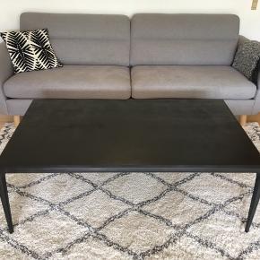 Stort sofabord, som ikke er tung, og derfor nemt at flytte rundt på. Kunne måske trænge til en omgang maling mere. Jeg har selv slebet og malet det, hvor jeg har fået træårene frem. Det kunne godt ligne et severin Hansen bord, men der er ikke noget mærke. Kom med et bud!  B: 76 x L:135 x H: 48