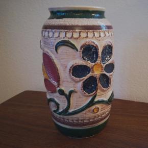W. GERMANY VASE. super flot unik vase. God stand. Højde Ca. 30 cm. Diameter Ca. 18 cm. Kan afhentes i Århus N. /Trøjborg