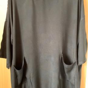 Sort tunika med lommer og elestik forneden.... Jeg har selv købt den herinde på TS men passer ikke.....  Bredde  73x73 Længde 125