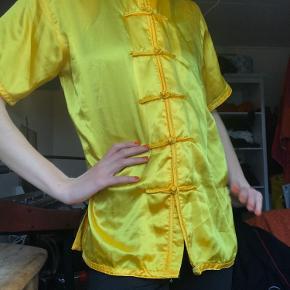 smuk Kina bluse / skjorte i silke / satin agtigt materiale.      — vintage 00'er 90'er y2k