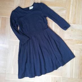 Kjole fra Ganni Varm og god til de kolde måneder. Det er ikke en sommer kjole.  Med lynlås i ryggen  15% uld 15% polyester 70% akryl