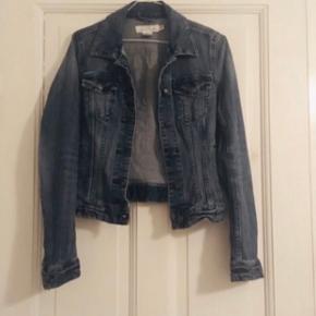 Super fin denim jakke fra H&M   99% Baumwolle  1%    Elastane    1
