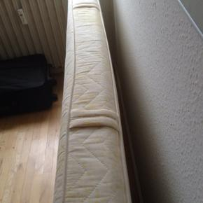Rigtig flot god kvalitet spring madras bred 90cm længe 200cm høhe 15cm og 13 kg. Gul og beige farve stof med lynlås så kan man tage af og vaske og jeg har købt dyrt dengang og brugt kun 1 år har vasket stoffet helt som ny og ren. Sælges hurtig 500kr pga har ikke plads fordi jeg købt ny seng. I må godt kom forbi og kigge. Skriv eller ring hvis i interesseret