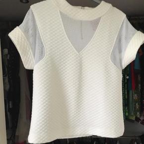 Varetype: Andet Farve: Hvid Oprindelig købspris: 900 kr.  Cool lun t shirt forms vaflet og net. Creme.
