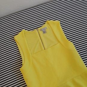 Varetype: Bluse Størrelse: M Mærke: H&M Farve: Gul Stand: Næsten som ny  Beskrivelse: Blusen er med korte ærmer og har en lynlås bagpå. Den er figursyet så den sidder rigtig flot til kroppen.  Oprindelig købspris: 299kr. Forsendelse: DAO  Blusen er brugt få gange og fremstår derfor som ny.  TJEK OGSÅ GERNE MINE ANDRE ANNONCER.
