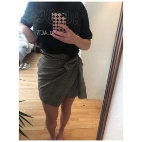 Ternet nederdel med lynlås i siden og bindebånd.  Købt i Envii - aldrig brugt kun prøvet på. Passer også en M da bindebåndet i taljen kan strammes meget ind.