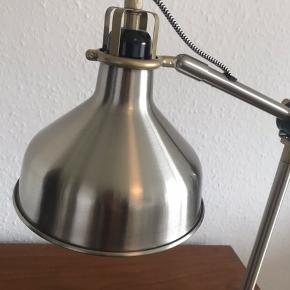 Skrivebordslampe/bordlampe købt i IKEA.