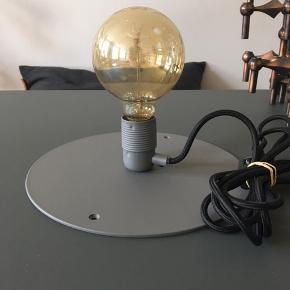 Ny og ubrugt, smuk Frama væglampe.  Farve: Grå Ø: 25 cm.  Ledning: 260 cm inkl. stik / m. afbryder  Pære: medfølger ikke Nypris. 1099 kr.