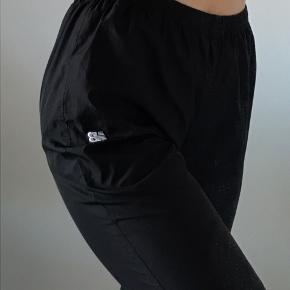 Træningsbukser fra new balance med refleks på benet og nb logo foran. Elastik i taljen.