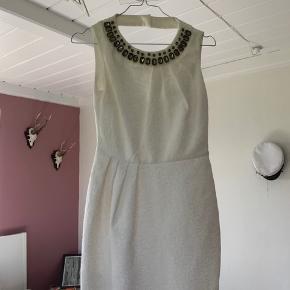 Brugt en enkelt gang til min konfirmation for 5 år siden. Super oplagt til konfirmation som en enkelt men fin kjole!