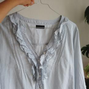Sød stribet skjorte med flæser foran 🌻 Den er lang, og kan både bruges nede i en nederdel/buks eller løst-hængende