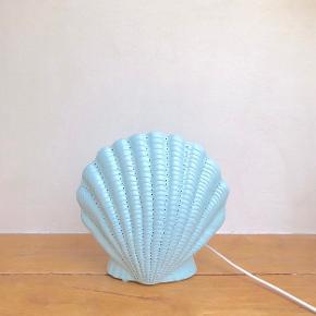 Rigtig fine vågelamper 💕🐚  håndlavet og fra Frankrig. Sælges dem i hvid, rosa og lyseblå.   Mål // højde 23cm og bredde 22cm   Sender gerne 💌