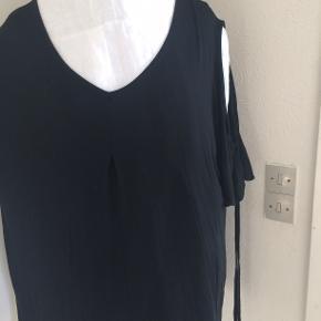 Sød sort bluse med åbne skuldre. bm 70 x 2 og læ 78 cm.