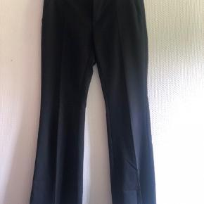 BILLIGT!!  Habitbukser med trompet-ben i polyester (har stadig fold)  Mulighed for at bruge bælte i bukserne!!