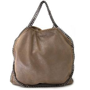 Stella McCartney Falabella taske i beige.   Købt for er 2 år siden, men er brugt få gange og har ingen tydelige brugsspor udover lidt skrammer på knappen, som man kan se på billedet.   Dustbag og kvittering medfølger.