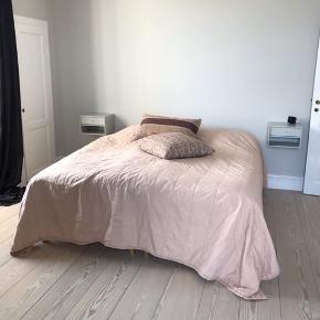 Fantastisk lækkert og meget stort sengetæppe fra italienske Society Limonta. Varm rosa. Købt i Rosens Navn i Charlottenlund. 1 år gammelt. 260 x 270 cm. Som nyt. Nypris 4100,-. Kvittering haves. Se mine andre annoncer!