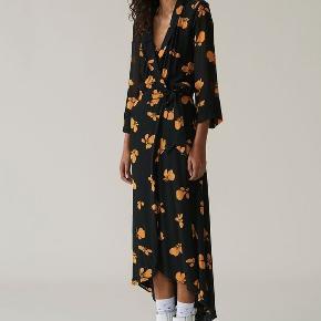 """Smukkeste wrap-dress fra Ganni 🖤🧡   """"Hun"""" har efterhånden nogle år på bagen, men stadigvæk okay stand 🌼"""