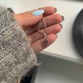 Smukt smykkesæt i sterlingsølv med brillianter sælges ✨   Ring str 54 💍  Kæde medfælger til vedhæng   Prisen er samlet og jeg sender gerne på købers regning 📦