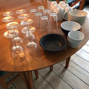 Diverse skåle, krus/kopper, glas og vinglas til salg. Det meste fra ikea, noget ukendt mærke. Alt er brugt i mere eller mindre grad. Glassene er forholdsvis ubrugte. Alt skal væk, så byd endelig. Ellers afleveres det snart til genbrug.