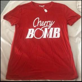 """Fin Ganni """"Cherry Bomb"""" T-shirt. Str XL men svarer nærmere til en M. Sælges pga den meget lille størrelse. Købt i en vintage butik i København og har stadigvæk eksisterende tag derfra. Byd endelig."""