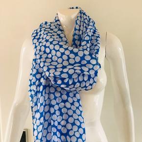 Super smukt tørklæde i flot blå farve med hvide prikker. Let og blødt, 100% polyester Mål: 100x180 cm  *Kom også gerne med et bud*