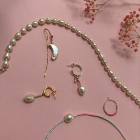 Så mange fine hjemmelavede smykker.  Alle vores smykker kan laves lige, som du ønsker dem, så send os endelig en dm💌