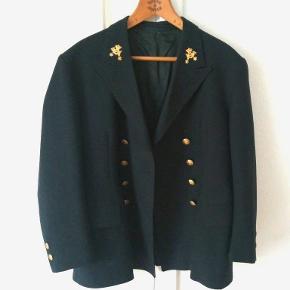 Gammel flot post sort jakke. God stand ingen huller nogen steder. Messing knapper. Trænger til en rensning. Størrelse omkring L tror jeg nok. Længde Ca. 80 cm. Bredde Ca. 50 cm. Kan afhentes i Århus N. /Trøjborg