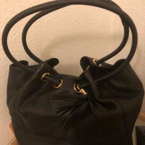 Model: Ring Black Shopper Handbag m cliplås. Bredde fladt liggende mål : 43 cm Højde : 35 cm - Uden håndtag/rem Guld hardware Dybde : 10 cm