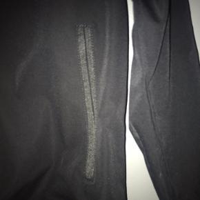 Der mangler lynlås i de nederste lommer, men det har personligt ikke haft specielt stor betydning
