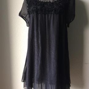 Varetype: kjole Farve: sort Oprindelig købspris: 699 kr. Prisen angivet er inklusiv forsendelse.  let chiffonkjole fra Repeat. str XL fin og tynd kvalitet.  gittermønster på bærestk for og bag. 100% polyester. brystvidde 110 cm. sidelængde 89 cm. ærmelængde 22 cm.  bytter ikke til andre varer!  ALDRIG BRUGT!!  oprindelig pris 699,95 - sælges billigt til 249,- incl porto
