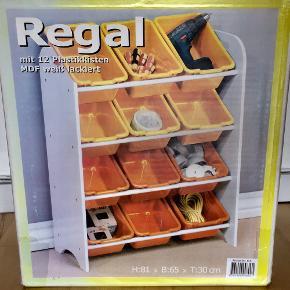 Super smart hvid reol med 12 gule og orange kasser i. Perfekt til at holde orden i og overblik over fx legetøj, kreating, værktøj, affaldssortering mv. Reolen og kasserne ligger usamlet i original æske.  MÅL Bredde: 65 cm. Højde: 81 cm.  Dybde: 30 cm.  FAQ - Aktiv annonce = ikke solgt. - Bytter ikke. - Bud er velkomne. - Røgfrit og dyrefrit hjem. - Betaling: Mobilepay el. kontant. - Afhentning: Fuglebakkevej i Århus. - Mødes ikke og handler andre steder. - Varen sendes/leveres ikke. - Købes som beset. Ingen returret.  Jeg ser frem til at handle med dig :-)