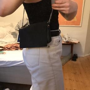 DANIEL SILFEN AMALIE taske i sort kalvelæder m justerbar strop   Måler 24 x 14 x 2,5 cm og indeholder ét stort rum, et rum m lynlås og en lomme til fx kort.   Aldrig brugt